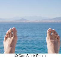 uomo-piedi-su-mare-e-montagne-fondo-archivio-fotografico_csp43750228